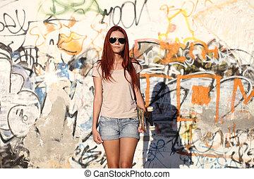 girl, à, skateboard, arriere-plan, de, graffiti