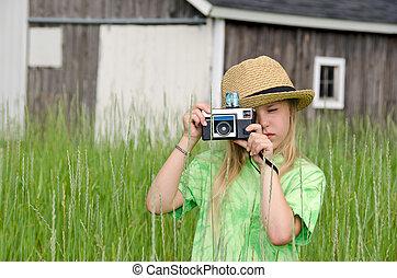 girl, à, vieux, appareil photo