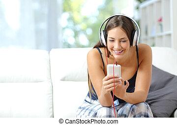 girl, écoute, musique, depuis, smartphone, chez soi