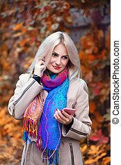 girl, écouteurs, téléphone, parc, automne