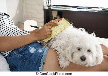 girl, étudier, pour, école, devoirs, à, chien, sur, jambes