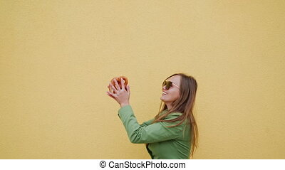 girl, appelé, brezel, sourire, traditionnel, bavarois, air, jaune, bretzel, fond, lancement, heureux