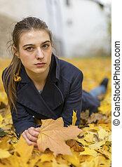 girl, baissé, leaves., mensonge, jeune