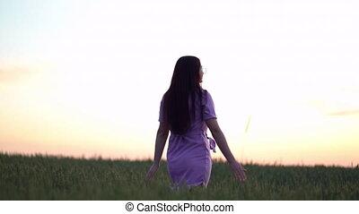 girl, blé, main, champ, marche, sunset., vert, toucher, oreilles, jeune, heureusement
