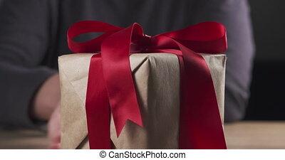 girl, boîte, papier, cadeau, bois, rouges, rustique, mettre, arc, brun, adolescent, ruban, table