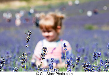 girl, choisissant fleurs, jeune enfant