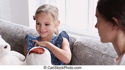 girl, course, mignon, jouer, peu, jouets, mélangé, nanny., rigolote