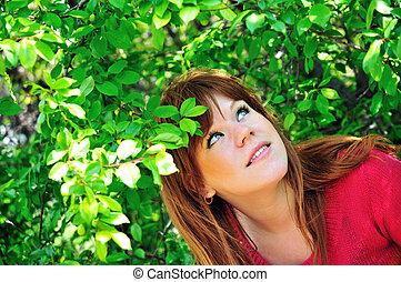 girl, dans, feuilles vertes