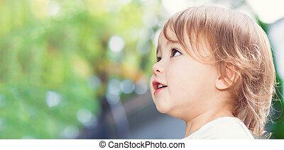 girl, dehors, haut, heureux, enfantqui commence à marcher, fin, panorama