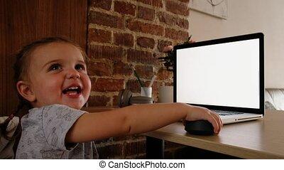 girl, devant, nattes, maison, rire, peu, écran, ordinateur portable