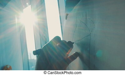 girl draws on the easel in the rays of the setting sun