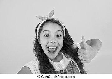 girl, enfant, pouce, donner, si, aimer, haut., sourire, ton, virage, il, thumb., satisfaction., vous, approbation, petit, mettre, heureux, faire gestes, jaune, peu, haut, arrière-plan., geste