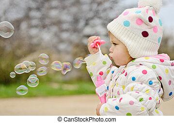 girl, enfantqui commence à marcher, bulles, souffler, savon