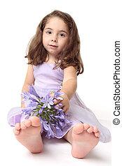 girl, enfantqui commence à marcher, fleurs