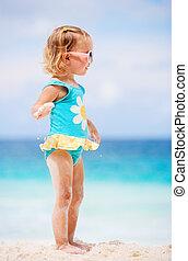 girl, enfantqui commence à marcher, plage