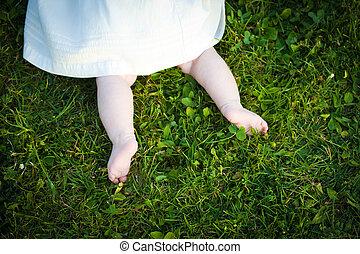 girl, explorer, bébé, herbe, pieds nue