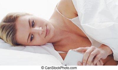 girl., femme, beau, mensonge, chambre à coucher, lumière du ...
