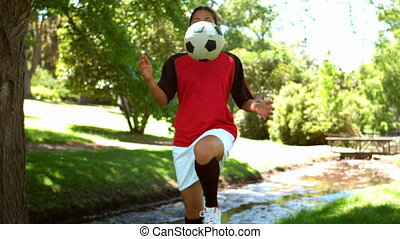 girl, football jouant, dans parc