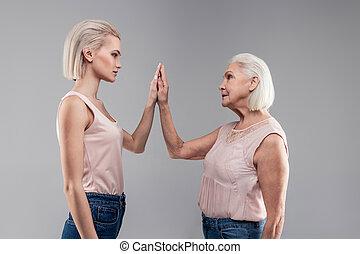 girl, grisonnant, vieux, main, attirant, connecter, impassible, femme