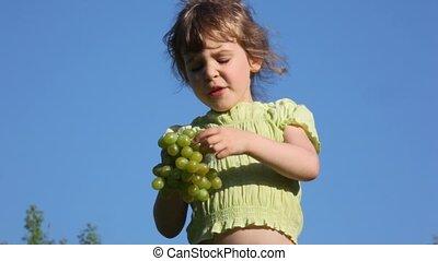 girl, herbe, manger, raisins