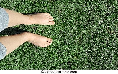 girl, herbe, pieds nue, pelouse