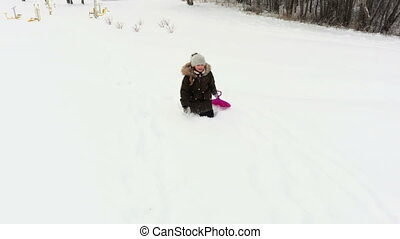 girl, heureux, fatigué, activités hiver, tobogganing., gosses, concept