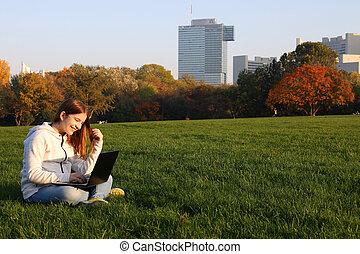 girl, heureux, ordinateur portable, parc, adolescent