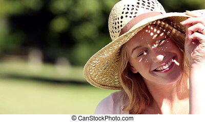 girl, heureux, porter, chapeau paille