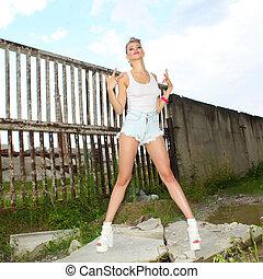 girl, hipster, style de vie, fond, poser, slums., dehors, short, t-shirt