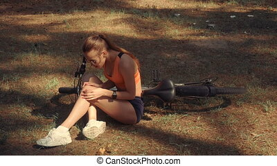 girl injured her knee on the bike in the Woods