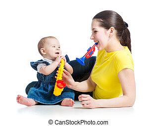 girl, isolé, avoir, bébé, toys., fond, mère, amusement, blanc, musical