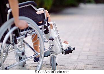 girl, jambe cassée, fauteuil roulant, assied
