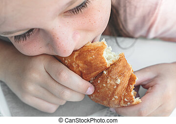 girl, jeune, croissant, manger