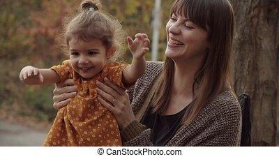 girl., jour, mère, apprécier, automne, enfantqui commence à marcher
