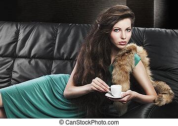 girl, lentille, jeune, elle, vert, regarde, tasse, élégant