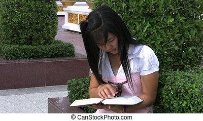 girl lezen, aziaat, haar, bijbel