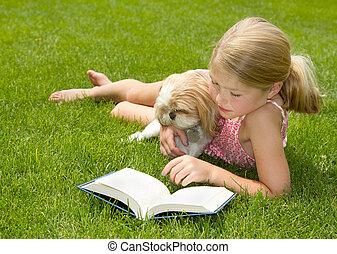 girl lezen, met, dog, buitenshuis