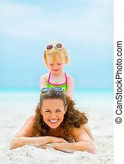 girl, mère, bébé, portrait, sourire, plage, jouer