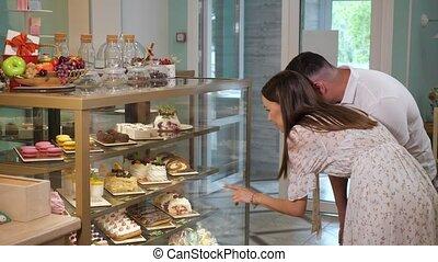 girl, magasin, savoureux, gâteaux, cas, type, verre, regarde, exposition