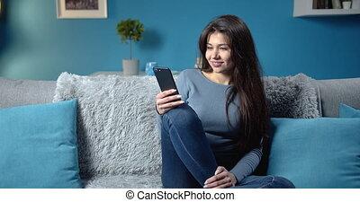 girl, maison, téléphone, heureux, délassant