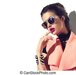 girl, modèle, beauté, brun, lunettes soleil port, cheveux façonnent, élégant