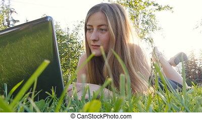 girl, ordinateur portable, extérieur, jeune, fonctionnement