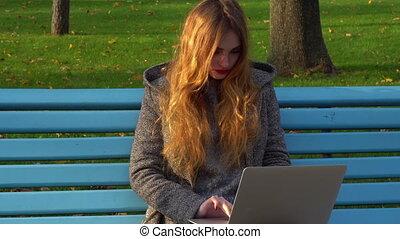 girl, ordinateur portable, fonctionnement, dehors