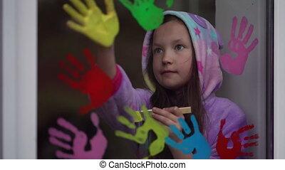 girl, paumes, fenêtre., école, peinture, pyjamas