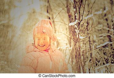 girl, peu, neigeux, debout, forêt