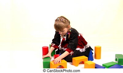 girl play with bricks