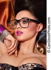 girl, portrait, modèle, haistyle, brunette, birght, clair, fond, lunettes, maquillage, coloré, rose, inhabituel, accessoire, lèvres, beau, mode