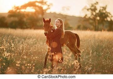girl, promenades, cheval, 12, pieds nue, petit, vieux, année, champ