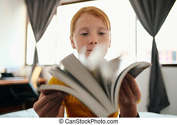 girl, regarder, livre, jeune, roux, étudier, par