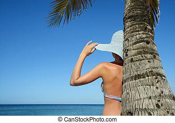 girl, regarder, sous, palmier, debout, océan